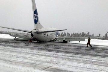 Phát hoảng vì máy bay chở gần 100 người tiếp đất bằng bụng