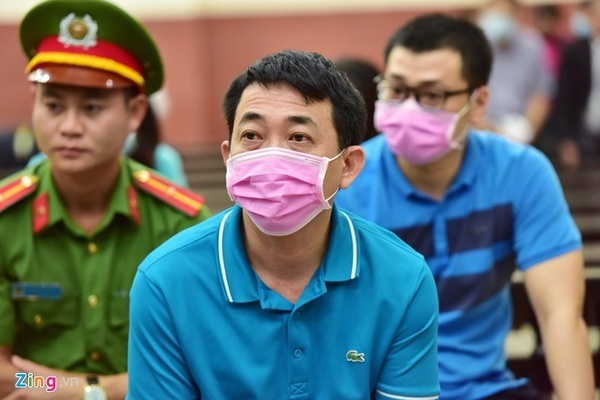 Bị cáo vụ VN Pharma đeo khẩu trang kín mít tới tòa
