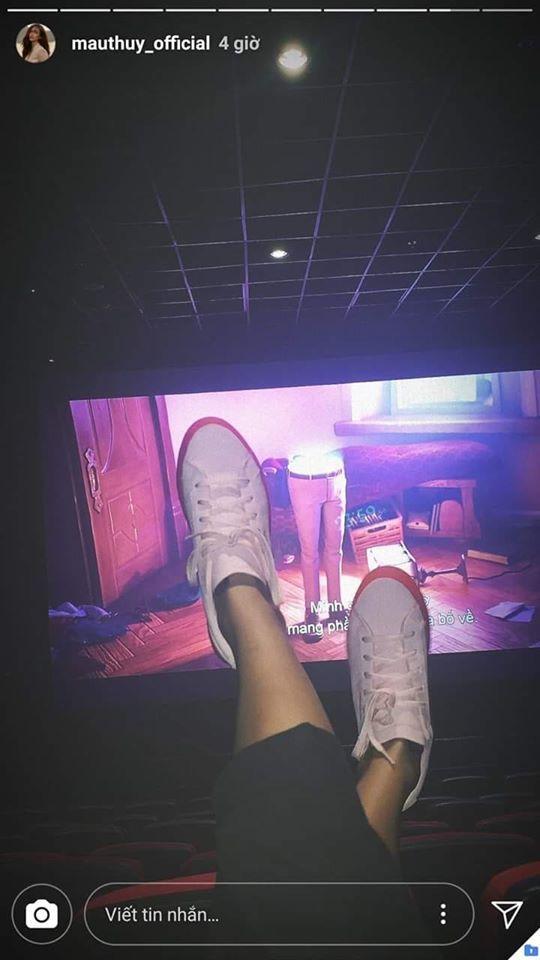 Mâu Thủy bị chỉ trích gác chân lên ghế trong rạp chiếu phim