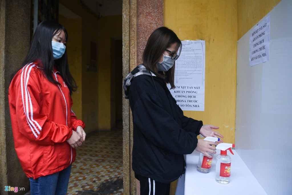 Trường ĐH, CĐ tự sản xuất nước rửa tay phát miễn phí cho dân