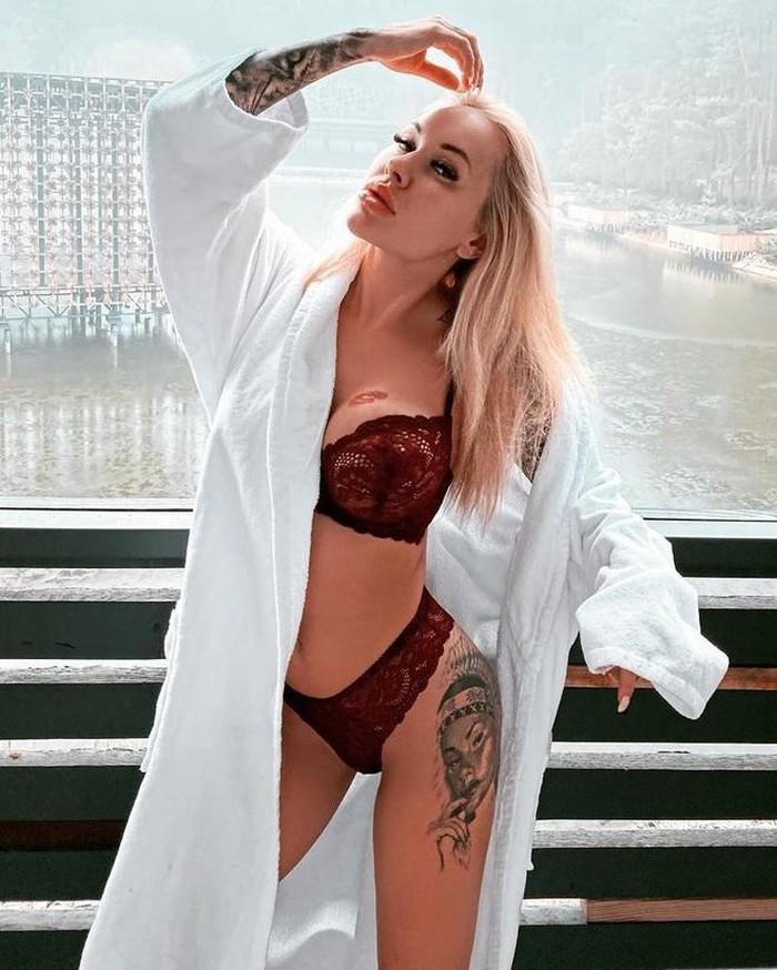 Nữ người mẫu gợi cảm có thể ngồi tù vì cố tình lộ nội y khi hát quốc ca