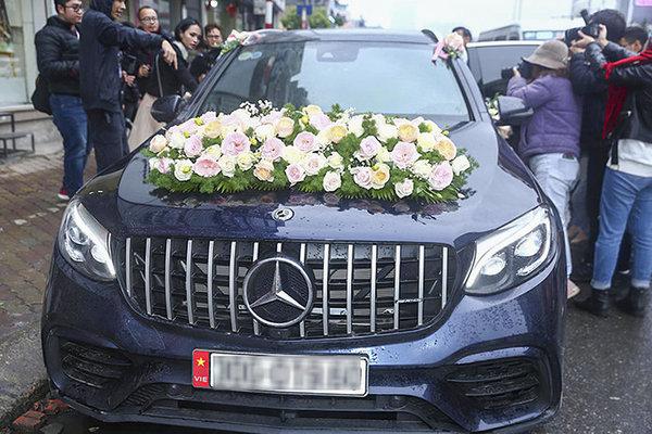 Cầu thủ Duy Mạnh đón cô dâu Quỳnh Anh bằng Mercedes-Benz GLC 300 hơn 2 tỷ đồng