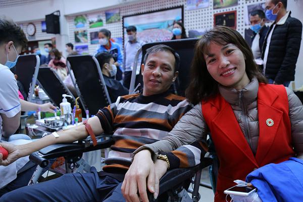 Hình ảnh đẹp, hàng nghìn người xếp hàng giải cứu thiếu máu