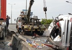 Xe container tông ô tô lật ngửa trên cầu vượt ở Sài Gòn