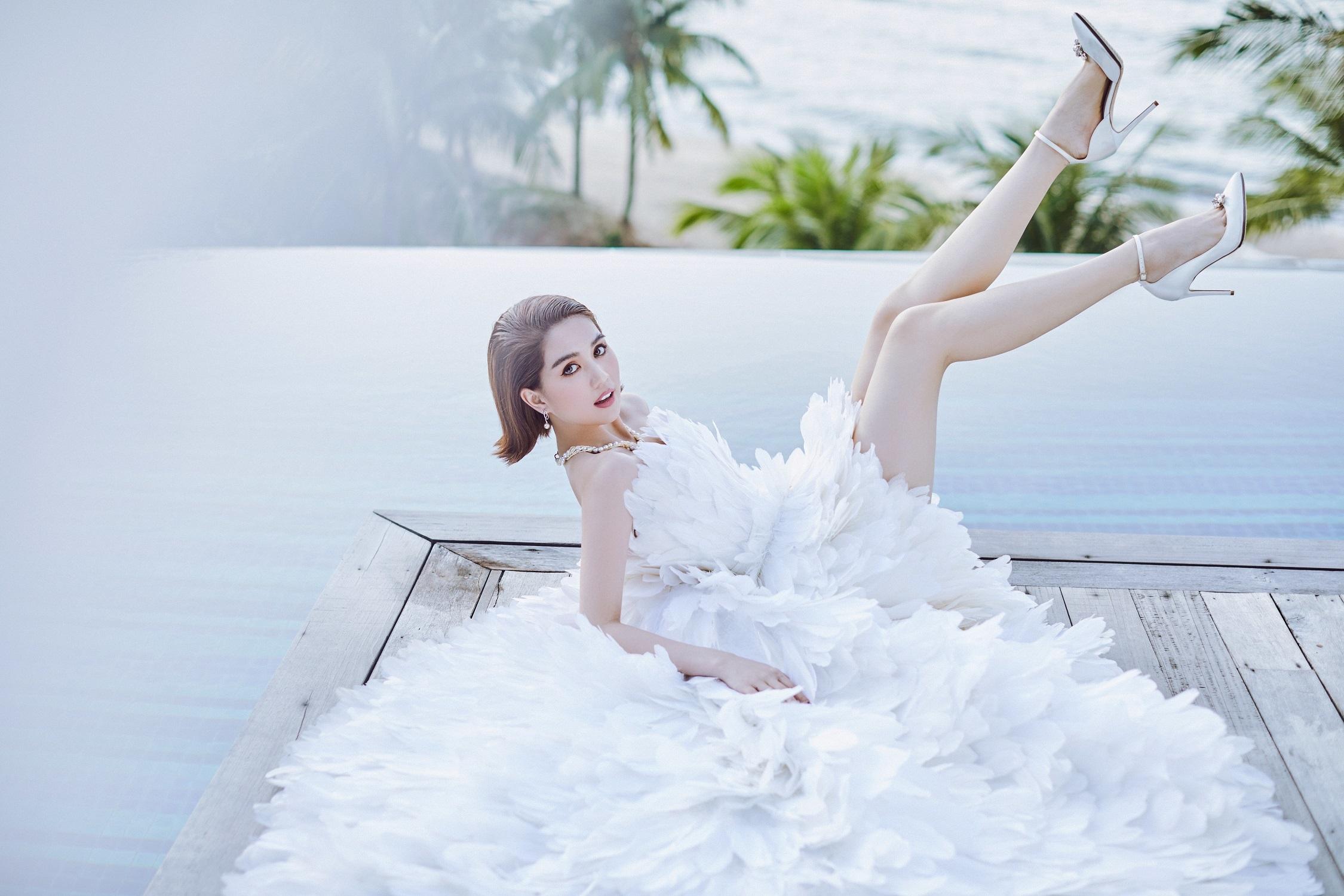 Ngọc Trinh diện váy xẻ sâu, khoe vòng một táo bạo