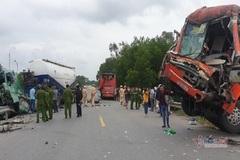 Xe giường nằm gây tai nạn liên hoàn, 2 tài xế bị thương nặng