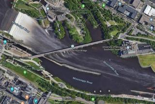 Tài xế kẹt giữa dòng sông băng vì đi theo Google Maps