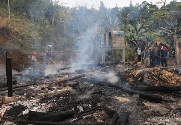 Thanh niên Lào Cai say rượu, bật lửa thiêu rụi 2 nhà hàng xóm