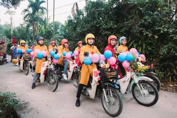 Chàng trai Quảng Trị đón dâu bằng loạt Honda Super Cub cũ cực chất