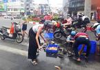 Hai người nước ngoài nhặt cá đổ trên đường Sài Gòn giúp người lạ
