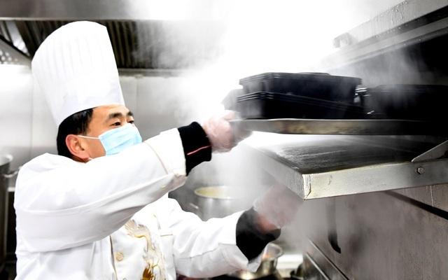 Nhà hàng nấu ăn miễn phí cho những người nhiễm virus corona
