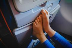 Vì sao không nên cởi giày, dép ra khi máy bay cất cánh hoặc hạ cánh?