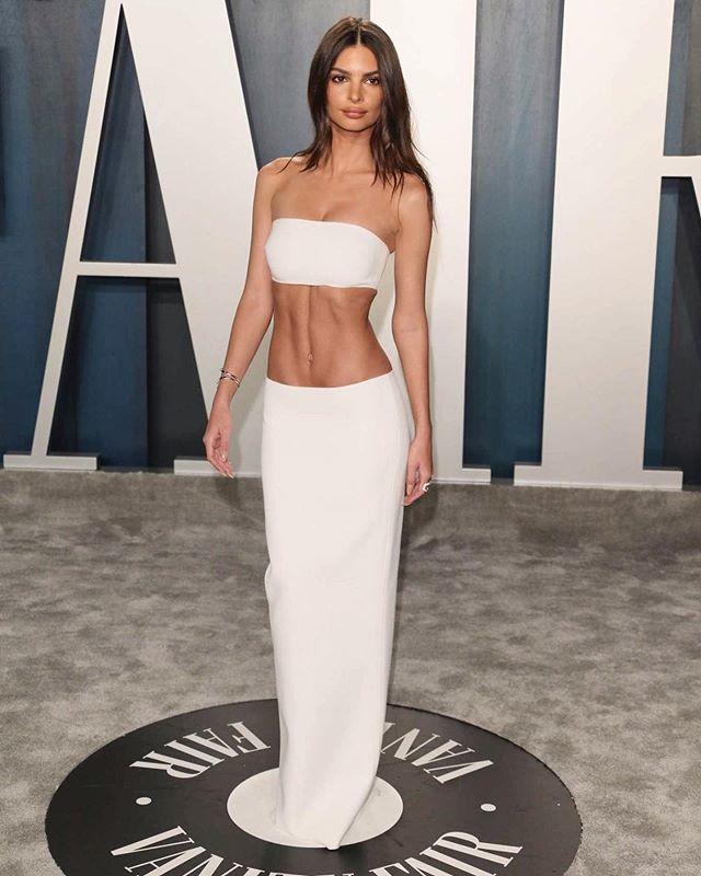 Emily Ratjowski mặc kiệm vải tới bữa tiệc hậu Oscar 2020