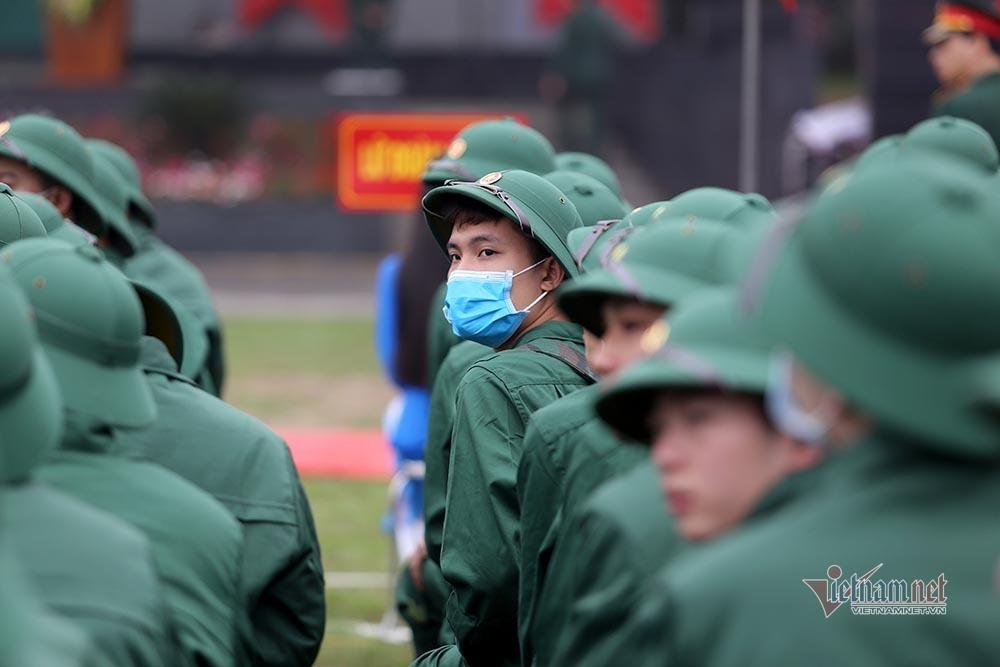Phút bịn rịn chia tay người thân lên đường nhập ngũ của tân binh Hà Nội