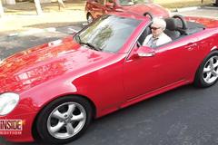 Cụ ông 107 tuổi lái xe mui trần đưa bạn gái dạo phố