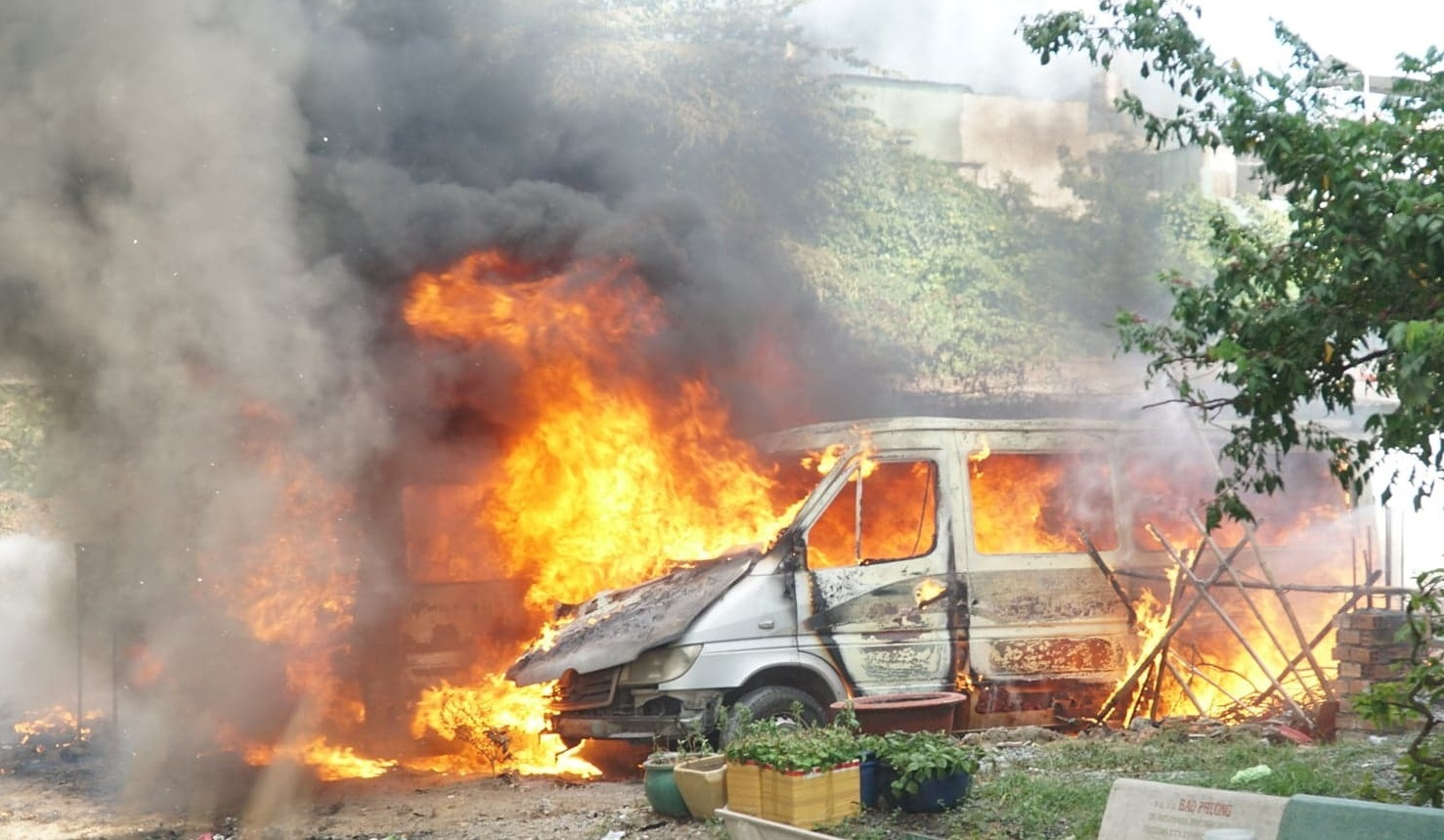 2 xe khách 16 chỗ đậu ở bãi đất trống bốc cháy trơ khung