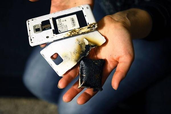 Vừa sạc vừa bấm điện thoại, nam thanh niên bị nổ nát bàn tay