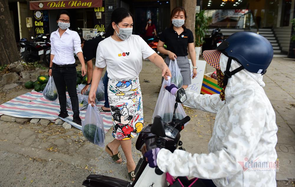 Người Sài Gòn mua 1,5 tấn dưa hấu phát miễn phí cho người dân