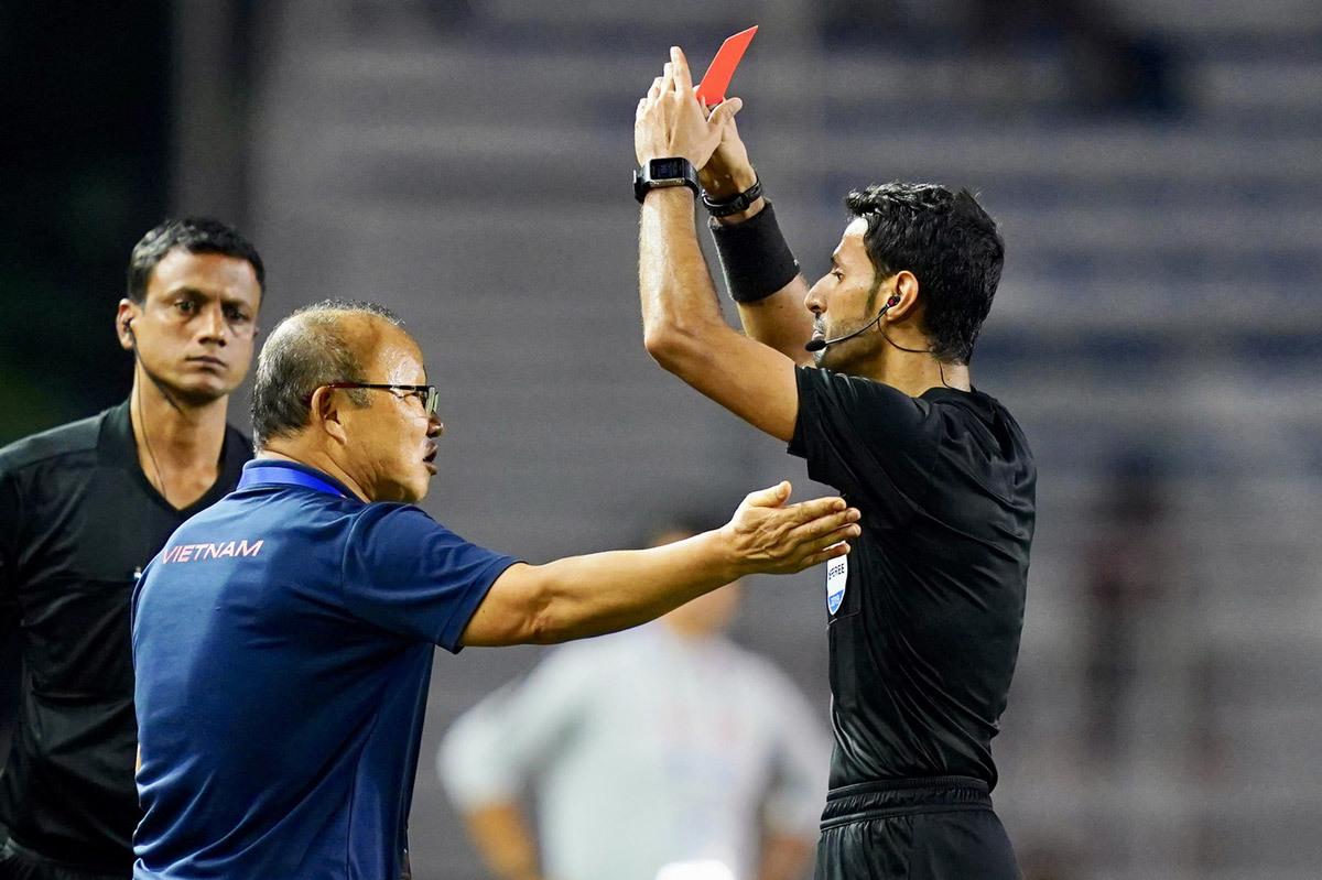 Thầy Park bị phạt, AFC đùa quá lố rồi!