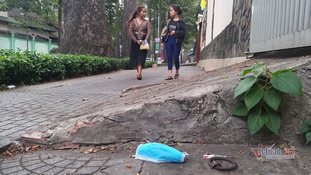 Khẩu trang vứt bừa lòng đường vỉa hè, nữ công nhân xách bao tải thu gom