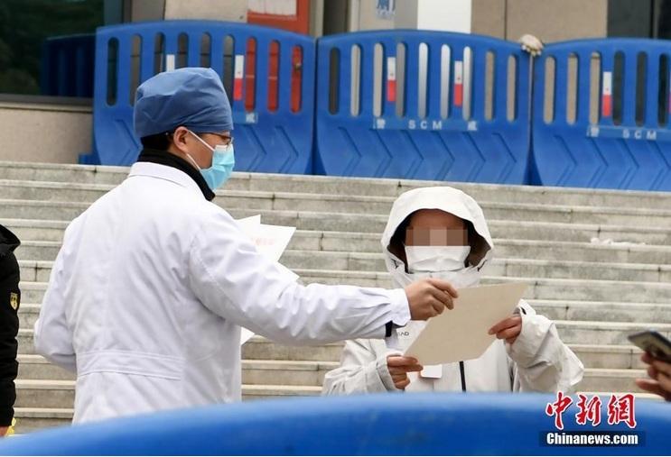 Hình ảnh những bệnh nhân điều trị khỏi viêm phổi corona tại Vũ Hán được xuất viện