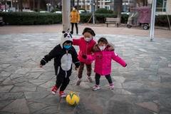 5 cách giữ trẻ tránh xa điện thoại trong kỳ nghỉ dài vì dịch corona