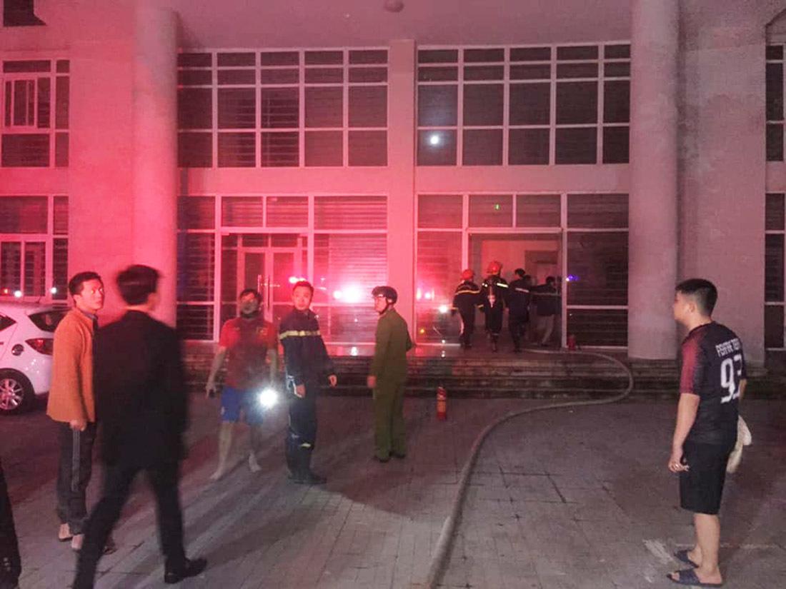 Lửa và khói độc bao trùm khu nhà ở sinh viên, 7 người kẹt ở tầng 8