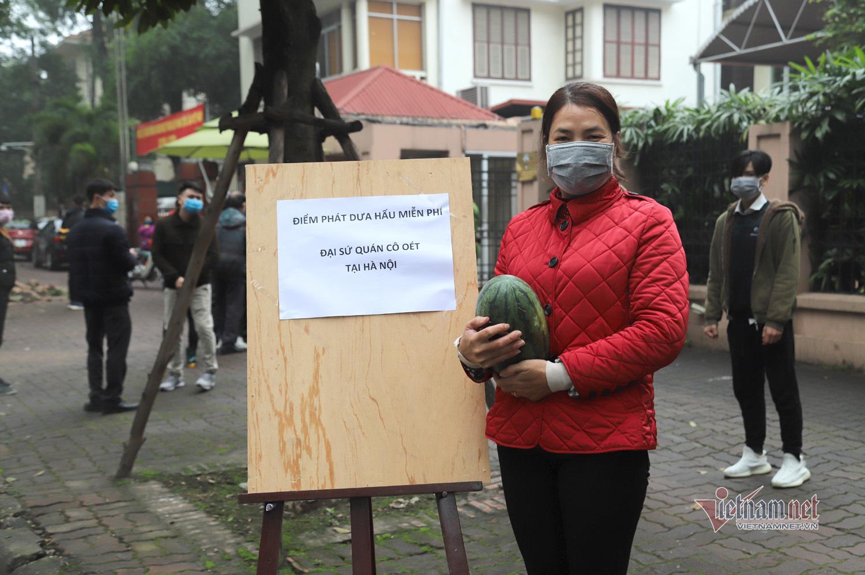 Người nước ngoài rảo bước trên vỉa hè Hà Nội bất ngờ được tặng dưa hấu