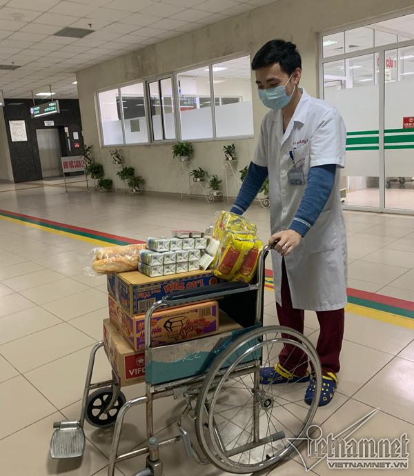 Người dân tặng mỳ tôm, dưa hấu cho bác sĩ chống dịch Covid- 19