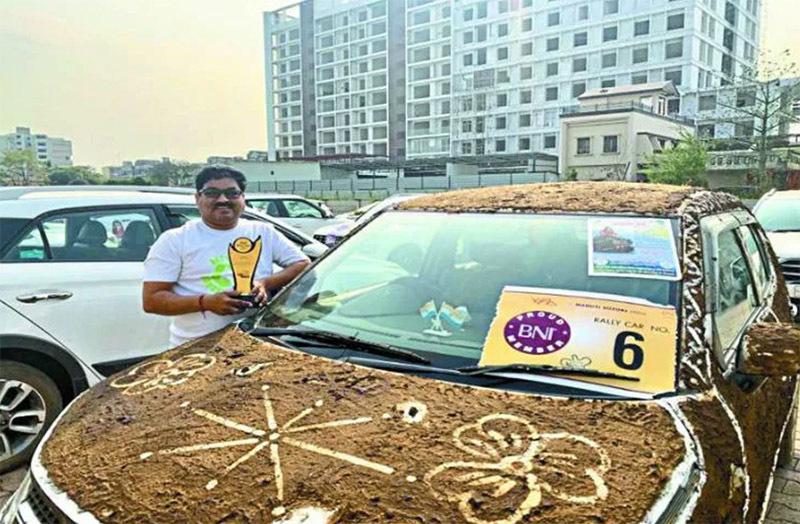 Phủ kín phân bò lên ô tô, phong cách độc của dân chơi xe Ấn Độ