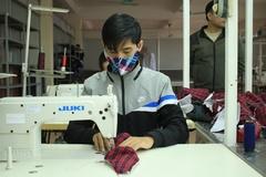 Các trường sản xuất khẩu trang 5 lớp phát miễn phí cho sinh viên
