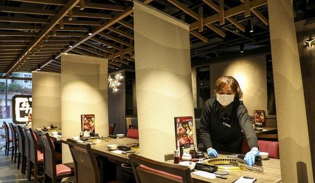 Nhà hàng lắp thêm 'lá chắn' ngăn thực khách lây nhiễm virus cho nhau