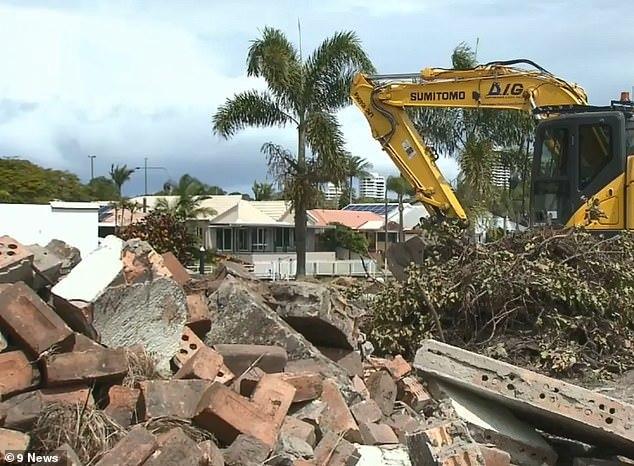 Đào móng xây nhà tìm thấy cả bao tải tiền cực khủng và cái kết không ngờ
