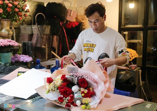 Bó hoa làm từ khẩu trang, nước rửa tay hơn 500.000 đồng mùa Valentine