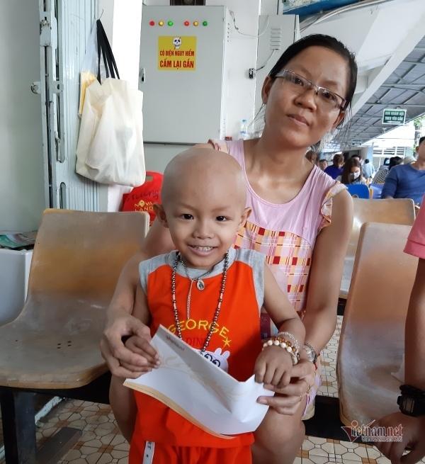 Trao hơn 27 triệu đồng đến gia đình hiếm muộn, con bị ung thư