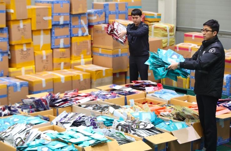 Hàn Quốc phá hàng loạt vụ buôn lậu khẩu trang, tóm nhiều người TQ