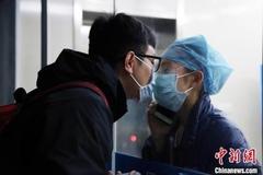 Chuyện tình các y bác sĩ giữa tâm dịch Vũ Hán
