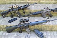 Kiện hành lý xách tay của khách nước ngoài mang nhiều thiết bị súng