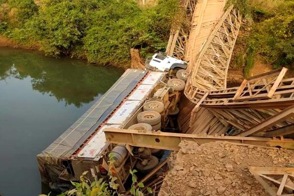 Xe tải làm sập cầu sắt, rơi xuống suối vì tài xế lạc đường