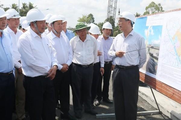 Phó Thủ tướng Trương Hòa Bình kiểm tra công trình ngăn mặn Vĩnh Long