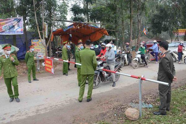 Một gia đình ở Hà Nội được cách ly sau khi về từ vùng dịch Covid-19