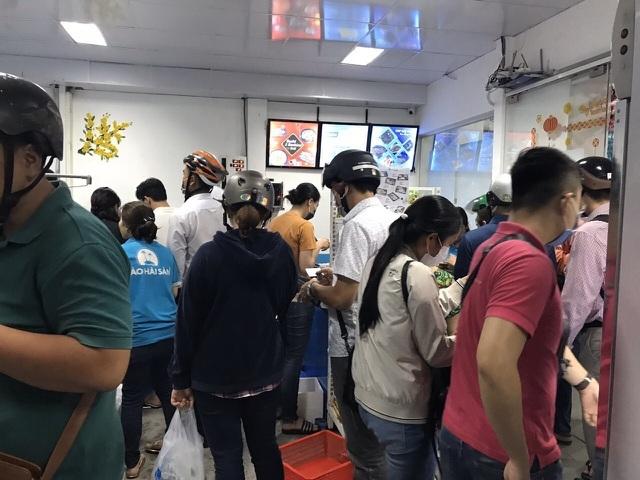 Dịch corona: Tôm hùm Alaska giá siêu rẻ, dân TP.HCM đổ xô mua về ăn