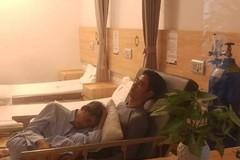 Con trai ôm người cha đau ốm vào lòng, thiếp đi trên giường bệnh