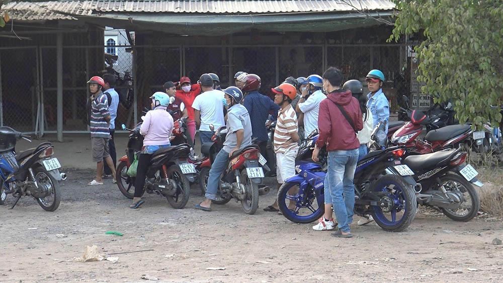Rào chắn vừa mở, nhiều người kéo đến xem nhà hoang nơi Tuấn 'khỉ' bị bắn
