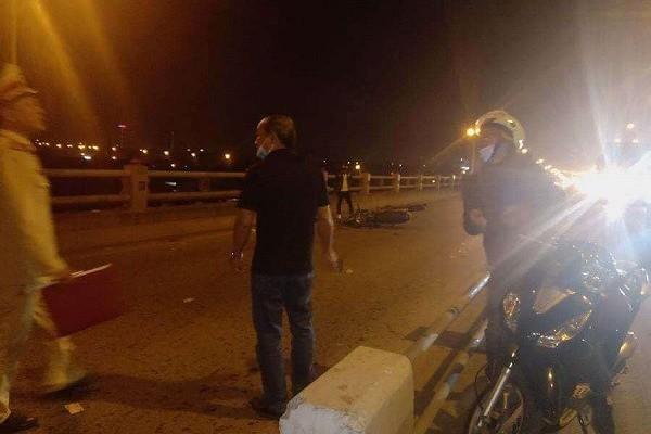 Hai mẹ con ăn xin gặp nạn trên cầu Thanh Trì, người mẹ tử vong