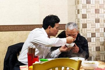 Con trai bón cho cha già từng thìa bún: 'Ngon không bố, hơn quê mình ấy nhỉ'