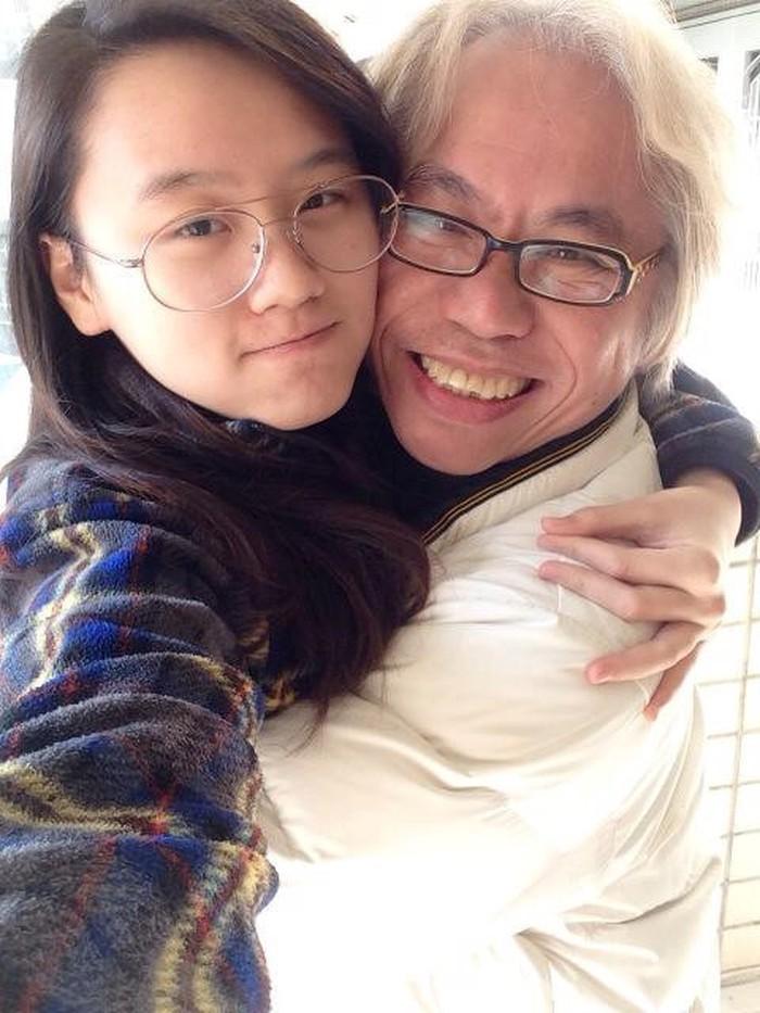 Nhạc sĩ 63 tuổi kỷ niệm 7 năm 'tình ông cháu' với cô gái kém 40 tuổi