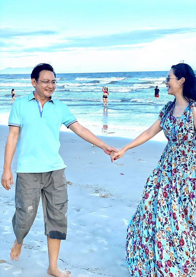 Á hậu Trịnh Kim Chi quấn quýt bên chồng doanh nhân khi đi biển