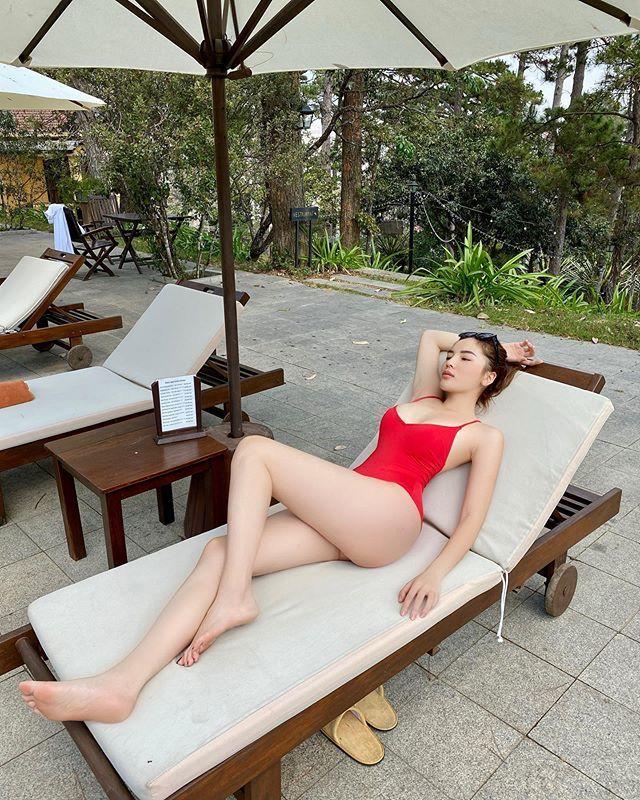 Kỳ Duyên khoe dáng hình chữ S với bikini đỏ rực