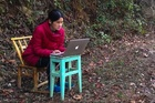Lớp học online đơn sơ của cô giáo bị mắc kẹt trên núi